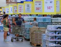 Покупатели в магазине Metro в Киеве 17 августа 2016 года. Правительство Украины заверило, что его предложение удвоить минимальную зарплату с 2017 года не вызовет дополнительного роста цен, а Национальный банк подтвердил, что цель замедления инфляции в следующем году по-прежнему достижима. REUTERS/Valentyn Ogirenko