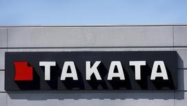 El logo de Takata en uno de sus edificios en Auburn Hills, EEUU, mayo 20, 2015. El fabricante japonés de airbags Takata Corp está considerando declarar en bancarrota su unidad en Estados Unidos mientras busca un patrocinador para que lo ayude a pagar cargos vinculados a sus infladores defectuosos, dijo a Reuters una persona informada sobre el tema.  REUTERS/Rebecca Cook/File Photo