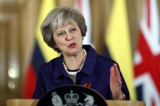 La primera ministra británica, Theresa May, dijo el viernes a los líderes de la Unión Europea que confiaba en que el fallo que indica que necesita la autorización del Parlamento para poner en marcha el proceso de separación de Reino Unido del bloque será revocado y no afectará su calendario para el Brexit. En la imagen, May en una comparecencia con el presidente colombiano tras una reunión bilateral en el 10 de Downing Street en Londres, el 2 de noviembre de 2016. REUTERS/Kirsty Wigglesworth/pool