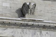 Una estatua de un águila calva en el edificio de la Reserva Federal en Washington, ene 26, 2016. El presidente de la Reserva Federal de Dallas, Robert Kaplan, dijo el viernes que cada vez hay más razones para elevar las tasas de interés de Estados Unidos, aunque se negó a decir cuándo debería tener lugar el siguiente incremento.  REUTERS/Jonathan Ernst