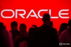Personas se reúnen antes de una conferencia de Oracle en San Francisco, Estados Unidos. 24 de septiembre de 2013. La empresa de tecnología Oracle Corp dijo el sábado que su propuesta para comprar NetSuite Inc progresó, luego de que más de la mitad de los accionistas de la compañía de almacenamiento en nube respaldaron su oferta. REUTERS/Jana Asenbrennerova