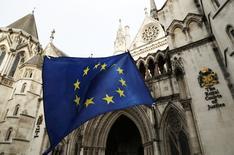 El Gobierno británico defendió el sábado la independencia del poder judicial, después de una fuerte ola de críticas de políticos y medios contra los tres jueces que emitieron un fallo que complica los preparativos del Reino Unido para separarse de la Unión Europea. En la imagen de archivo, una bandera de la UE ante la Corte Suprema de Londres. REUTERS/Stefan Wermuth