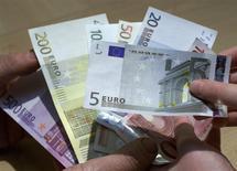 Le moral des investisseurs et des analystes de la zone euro s'est encore amélioré en novembre pour atteindre son niveau le plus élevé de l'année, montre lundi l'enquête mensuelle de l'institut allemand Sentix. /Photo d'archives/REUTERS/Vincent Kessler