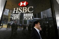 """HSBC advirtió sobre un panorama desalentador para su negocio británico el próximo año debido a que una desaceleración del crecimiento económico tras el """"Brexit"""" socavaría el esfuerzo del presidente ejecutivo Stuart Gulliver para elevar los ingresos en el banco más grande de Europa. En la imagen, un hombre pasa dralente de una sucursal de HSBC en el distrito central de Hong Kong, 2 de junio de 2015.  REUTERS/Bobby Yip/File Photo"""