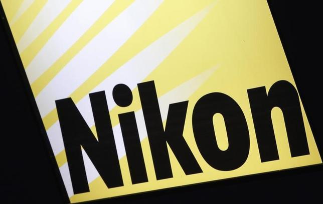11月8日、ニコンは、国内で1000人規模の希望退職を募集すると発表した。2017年3月期中に実施する。写真は都内で2012年6月撮影(2016年 ロイター/Yuriko Nakao)