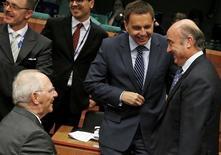 Los ministros de Finanzas de la Unión Europea (UE) discutirán el martes planes para elaborar una lista negra de paraísos fiscales de todo el mundo, dijo la presidencia de los Veintiocho, un paso más hacia la imposición de sanciones más estrictas contra los estados y las jurisdicciones que facilitan la evasión de impuestos. En la imagen,  varios ministros de Finanzas, entre ellos el alemán Wolfgang Schaeuble (izquierda), el eslovaco Peter Kazimir y el español Luis de Guindos en una reunión en Bruselas, el 7 de noviembre de 2016. REUTERS/Yves Herman