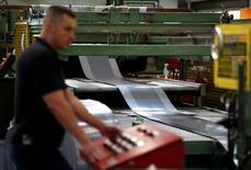 La producción industrial británica cayó inesperadamente en septiembre, presionada por paradas de mantenimiento en los campos de gas y petróleo en el mar del Norte, pero repuntó el crecimiento de las manufacturas, según datos oficiales publicados el martes. En la imagen, un trabajador de la empresa Bion en una planta en Reading, Inglaterra, el 22 de septiembre de 2016. REUTERS/Peter Nicholls