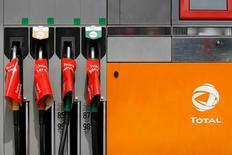 Total a annoncé mardi avoir remporté avec le chinois CNPC un accord avec l'Iran pour y développer l'immense gisement gazier de South Pars, dont la première phase représentera un investissement de quelque deux milliards de dollars. /Photo prise le 24 mai 2016/REUTERS/Stéphane Mahé
