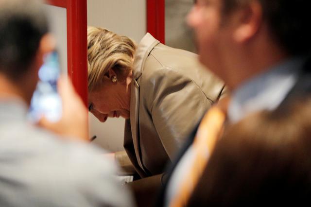 U.S. Democratic presidential nominee Hillary Clinton fills out her ballot at the Douglas Grafflin Elementary School in Chappaqua, New York, U.S. November 8, 2016.  REUTERS/Brian Snyder