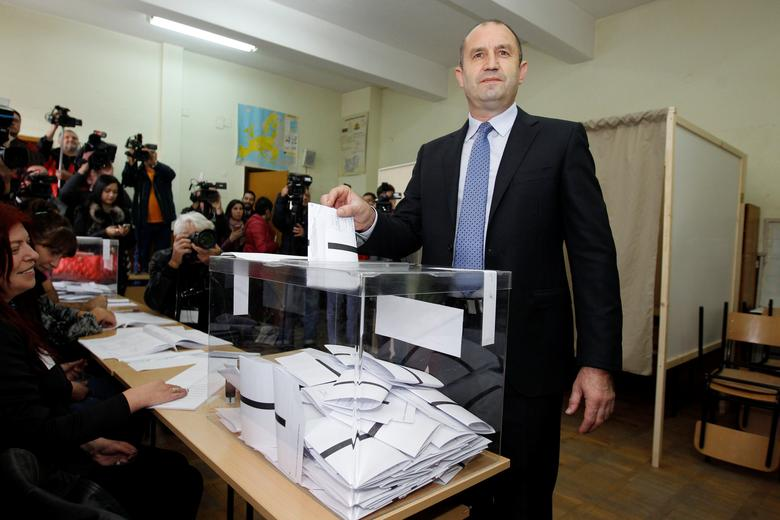 Rumen Radev, presidential candidate of the Bulgarian Socialist Party, casts his vote at a polling station in Sofia, Bulgaria, November 6, 2016. REUTERS/Dimitar Kyosemarliev