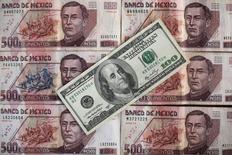 """Le peso mexicain, considéré comme un """"thermomètre Trump"""", chutait de plus de 7,5% face au dollar mercredi dans les premiers échanges après des indications suggérant que le candidat républicain Donald Trump était en tête en Floride, Etat clef pour remporter l'élection présidentielle américaine. /Photo d'archives/REUTERS/Edgard Garrido"""