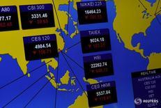 Экран с котировками азиатских индексов на бирже в Гонконге 9 ноября 2016 года. Гонконгские акции готовились показать худший день за девять месяцев в среду, растеряв набранное ранее преимущество и опустившись более чем на 3 процента, в то время как инвесторы по всей Азии в панике распродавали рискованные активы, ожидая все более вероятного потрясения в виде победы Дональда Трампа на президентских выборах в США. REUTERS/Tyrone Siu