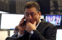 Las bolsas europeas cedían el miércoles en las primeras operaciones después de que el candidato republicano Donald Trump se alzase con la victoria en las elecciones presidenciales de EEUU, lo que generó una notable incertidumbre que provocó fuertes movimientos en los mercados. En la imagen, un operador en la Bolsa de Fráncfort, 9 de noviembre de 2016.    REUTERS/Kai Pfaffenbach