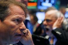 Трейдеры на Уолл-стрит. Американский фондовый рынок продемонстрировал малую динамику на торгах среды, восстанавливаясь после серьёзных потерь из-за президентских выборов в США. Сектора, которым выгодна победа Дональда Трампа, выросли заметнее других.  REUTERS/Brendan McDermid