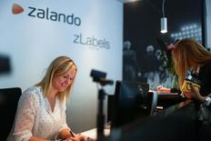 Zalando, leader européen de la vente en ligne d'habillement, a publié jeudi un bénéfice en hausse au troisième trimestre en dépit d'un ralentissement de la croissance de son chiffre d'affaires liée à une météo clémente qui affecté les ventes d'hiver. /Photo d'archives/REUTERS/Hannibal Hanschke