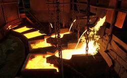 Cobre liquido es visto en la planta de Nickel en Norilsk, Rusia, 16 de Abril, 2010.El cobre trepó el jueves más de un 5 por ciento, a máximos de 16 meses, por especulaciones de un incremento en el gasto en infraestructura en Estados Unidos tras la elección de Donald Trump, lo que alimentó el interés de los inversores por metales industriales. REUTERS/Ilya Naymushin/File Photo - RTSEGQJ