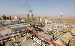 Нефтяное месторождение в иракском Курдистане. 16 августа 2014 года. Цены на нефть снизились на утренних торгах в пятницу, поскольку рынок переключил внимание на устойчивое перенасыщение рынка, которое, скорее всего, сохранится, если ОПЕК и другие производители не договорятся о существенном сокращении добычи. REUTERS/Azad Lashkari/File Photo