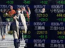 La Bourse de Tokyo a fini vendredi en petite hausse de 0,18%, non loin d'un pic de neuf mois touché en séance. L'indice Nikkei a gagné 30,37 points à 17.374,79 après être monté jusqu'à 17.621,73, un plus haut depuis le 2 février. /Photo prise le 9 novembre 2016/REUTERS/Issei Kato