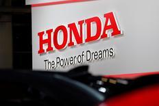 El logo de Honda en un show de autos en Paris, Francia, 29 Septiembre, 2016. Honda Motor Co reorganizará su línea de producción de vehículos en América del Norte y podría aumentar las importaciones desde Japón para ofrecer más vehículos urbanos deportivos (SUVs), para mantenerse al día con una fuerte demanda en Estados Unidos por modelos más grandes. REUTERS/Benoit Tessier