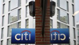 El banco estadounidense Citi se está preparando para trasladar hasta 900 empleos de Londres a Dublín dentro de sus planes de contingencia ante la salida de Reino Unido de la Unión Europea, informó el diario Sunday Times. Imagen de archivo de un logo de Citibank reflejado en un cristal en la City de Londres el 12 de noviembre de 2014. REUTERS/Stefan Wermuth