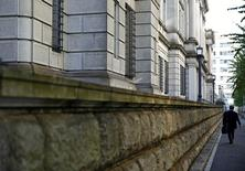 Un hombre camina frente al edificio del Banco de Japón en Tokio. 1 de noviembre de 2016.El gobernador del Banco de Japón, Haruhiko Kuroda, dijo el lunes que la economía mantiene el impulso hacia alcanzar el objetivo de inflación del banco central de un 2 por ciento, pero sostuvo que los riesgos están sesgados a la baja por la incertidumbre sobre la economía global. REUTERS/Kim Kyung-Hoon