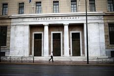 Devant la Banque centrale grecque. La Grèce a connu un deuxième trimestre consécutif de croissance sur la période juillet-septembre, au cours de laquelle la progression du produit intérieur brut (PIB) a même été supérieure aux prévisions des économistes, selon les données publiées lundi par l'institut grec de la statistique. /Photo prise le 8 novembre 2016 /REUTERS/Alkis Konstantinidis