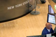 L'indice Dow Jones a commencé lundi la séance à un niveau record à la Bourse de New York sur l'élan de la semaine dernière, sa meilleure depuis 2011 en raison de l'optimisme suscité par les projets économiques de Donald Trump, élu président des Etats-Unis. Le Dow Jones gagne 59,00 points, soit 0,31%, à 18.906,66 après cinq minutes de cotations après avoir grimpé jusqu'à 18.918,68. /Photo d'archives/ REUTERS/Brendan McDermid