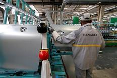 Plusieurs syndicats de Renault ont appelé à des débrayages mardi dans l'usine de Flins (Yvelines) pour protester contre la réforme de l'organisation du temps de travail figurant dans le projet de nouvel accord de compétitivité que négocie actuellement le constructeur automobile. Ce mouvement, à l'initiative de représentants syndicaux locaux de la CGT, de la CFDT et de Force ouvrière notamment, intervient dans la dernière ligne droite des négociations engagées fin septembre. Sur les neuf séances de discussions programmées pour le moment, cinq ont déjà eu lieu et une sixième est prévue mardi. /Photo d'archives/REUTERS/Benoit Tessier