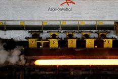 """ArcelorMittal a enregistré la plus forte hausse du CAC 40 (+4,93% à 6,685 euros). Société générale a relevé son objectif de cours à 7,54 euros contre 4,5 euros précédemment avec une recommandation inchangée à """"achat"""". L'analyste estime que la société bénéficiera à moyen terme des mesures de protection tarifaires sur l'acier instaurées par les gouvernements européens et de la réduction du poids de sa dette. /Photo d'archives/REUTERS/François Lenoir"""