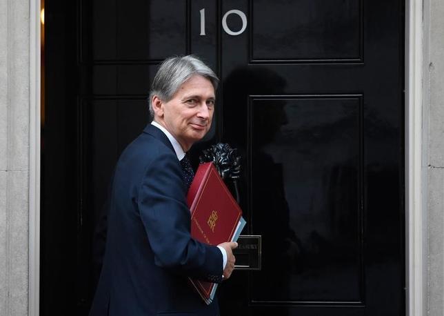 11月13日、ハモンド英財務相(写真)は23日に就任後初めての予算を発表するが、英国民投票でEU離脱派が勝利したことによる経済への悪影響と、投票で明らかになった有権者の不満にどう答えるかが注目される。ロンドンで2日撮影(2016年 ロイター/Toby Melville)