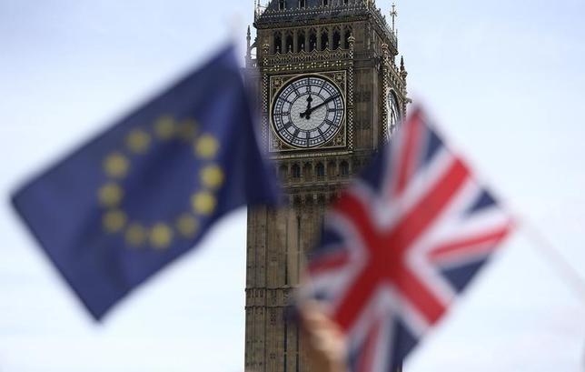 11月14日、独財務省は14日、英国の欧州連合(EU)離脱決定以降、英国に拠点を置く金融機関からドイツへの移転に関する問い合わせが増えている、と明らかにした。写真はEUとイギリスの旗。ロンドンで6月撮影(2016年 ロイター/Neil Hall)