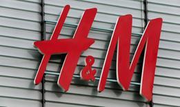Hennes & Mauritz a annoncé mardi une hausse de 10% de ses ventes en octobre en monnaies locales, un chiffre un peu supérieur aux attentes et qui fait grimper le cours de Bourse du géant suédois du prêt-à-porter. A la Bourse de Stockholm, l'action H&M s'adjuge 3,14% à 259,50 couronnes suédoises en début de séance. /Photo d'archives/REUTERS/Arnd Wiegmann