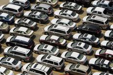 La foto de archivo muestra vehículos Honda nuevos estacionados en una planta que maneja la importación, procesamiento y distribución de miles de automóviles por año en Boston, EEUU. Los precios de las importaciones en Estados Unidos subieron por segundo mes consecutivo en octubre debido a un alza de los costos del petróleo y de los vehículos motorizados, aunque la fortaleza persistente del dólar siguió manteniendo contenida la inflación subyacente de las compras al exterior. REUTERS/Brian Snyder