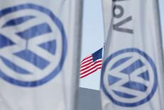 Volkswagen a conclu un accord avec les autorités de régulation américaines concernant le rachat ou la réparation de 80.000 véhicules diesel Audi, Porsche et VW de 3,0 litres de cylindrée équipés de logiciels permettant truquer les tests de pollution. /Photo d'archives/REUTERS/Mike Blake