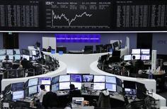 Operadores trabajando en sus puestos en la bolsa alemana en Fráncfort, nov 11, 2016. Las acciones europeas subieron el martes, impulsadas por un alza en los precios del petróleo y un rebote en el sector de servicios básicos, en una jornada en la que el fabricante de equipos de telecomunicaciones Nokia se desplomó tras una decepcionante actualización de su panorama de negocios.       REUTERS/Staff/Remote