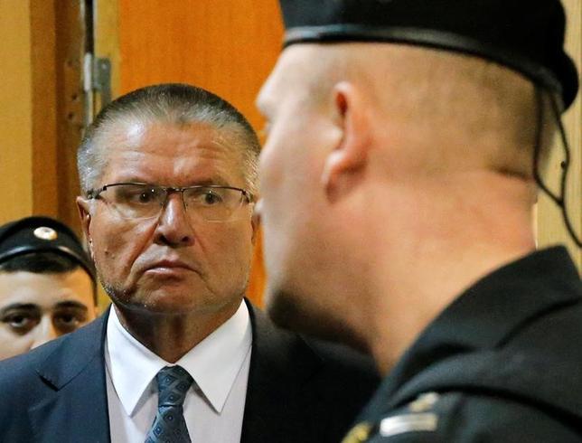 11月15日、ロシアのプーチン大統領は、200万ドルの賄賂を受け取った疑いで逮捕されたウリュカエフ経済発展相を解任した。モスクワの地方裁判所で撮影(2016年 ロイター/Maxim Zmeyev)