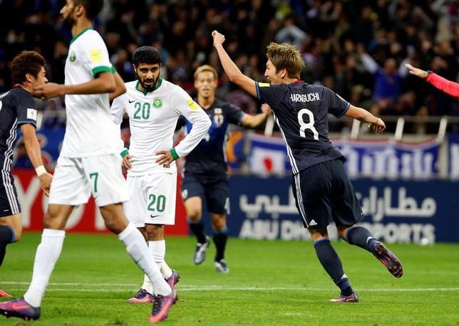 11月15日、サッカーの2018年W杯ロシア大会アジア最終予選、B組の日本はホームで首位サウジアラビアに2─1で勝利し、勝ち点を10に伸ばして2位に浮上した。写真右は2点目を決めた原口元気(2016年 ロイター/Toru Hanai)