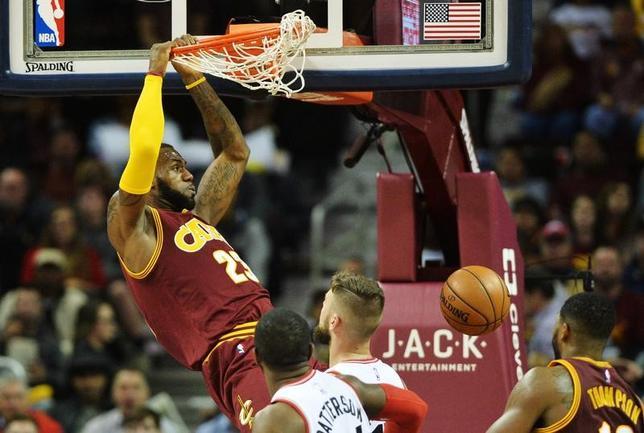 11月15日、米プロバスケットボール協会(NBA)キャバリアーズがラプターズとの121─117の4点差の接戦を制した。レブロン・ジェームズ(写真)が28得点の活躍を見せている(2016年 ロイター/Ken Blaze-USA TODAY Sports)