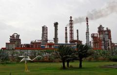 НПЗ Essar Oil в городе Вадинар. 4 октября 2016 года. Саудовская Аравия и Россия – две нефтяные супердержавы, борющиеся за влияние на мировой арене, на этот раз сошлись в схватке за покупку второй по величине нефтеперерабатывающей компании в Индии Essar Oil, и первая едва не вырвала победу. REUTERS/Amit Dave/File Photo