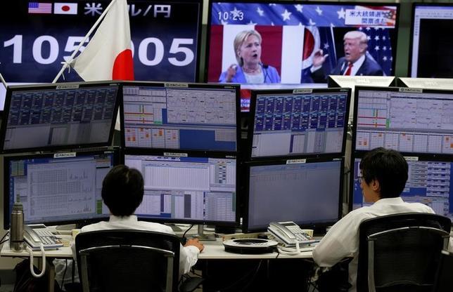 11月16日、トランプ氏の米大統領当選後、約1週間で8円の円安が進行している。超大型の財政出動を市場が好感した結果とも言えるが、日本の政策当局者の中には、米新政権が進行中のドル高/円安を本当に受け入れるかはっきりせず、先行きの不透明さを指摘する声もある。都内の外為取引会社で9日撮影(2016年 ロイター/Toru Hanai)