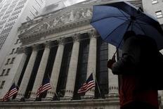 La Bourse de New York a ouvert mercredi en baisse après plus d'une semaine de hausse. Après quelques minutes de cotations, le Dow Jones perd 0,26%, le S&P-500 recule de 0,24% et le Nasdaq Composite cède 0,26%. /Photo d'archives/REUTERS/Brendan McDermid