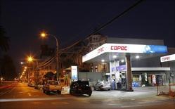 Imagen de archivo de una gasolinera Copec en Valparaíso, Chile, ene 12, 2015. La ganancia del grupo chileno Empresas Copec habría crecido un 12 por ciento interanual en el tercer trimestre, debido a que la consolidación de nuevos negocios contribuyó a contrarrestar un débil desempeño de su filial forestal, mostró un sondeo de Reuters el miércoles.      REUTERS/Rodrigo Garrido
