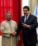Генсек Организации стран-экспортеров нефти Мохаммед Баркиндо (слева) и президент Венесуэлы Николас Мадуро на встрече в Каракасе 16 ноября 2016 года. REUTERS/Carlos Garcia Rawlins