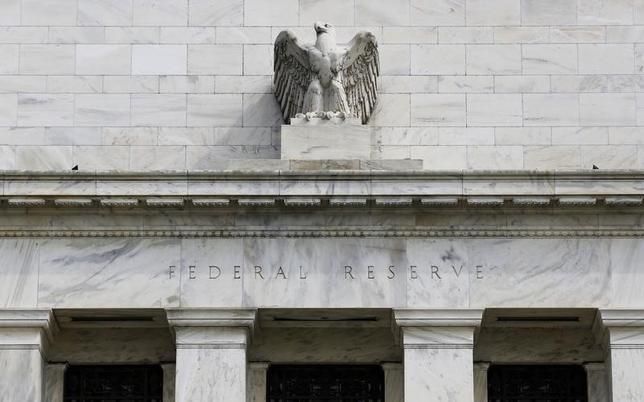 11月17日、米フィラデルフィア地区連銀のハーカー総裁は、米FRBは政治からの独立を維持する必要があると指摘した。写真はワシントンのFRB本部。2012年8月撮影(2016年 ロイター/Larry Downing)