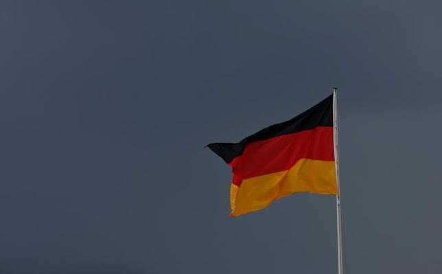 11月16日、ドイツ連邦議会外交委員会のメンバーであるローデリヒ・キーゼベッター議員は、米国のトランプ次期大統領が欧州での軍事的関与縮小を示唆していることを受け、欧州も独自の核抑止力保有を検討する必要があるとの見解を示した。ロイターとのインタビューで語ったもの。写真のドイツ国旗はベルリンで5月撮影(2016年 ロイター/Fabrizio Bensch)