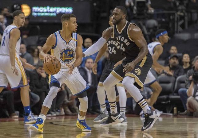 11月16日、NBAのウォリアーズはラプターズを127─121で下した。ステフェン・カリー(左から2人目)が35得点をマークした(2016年 ロイター/Nick Turchiaro-USA TODAY Sports)