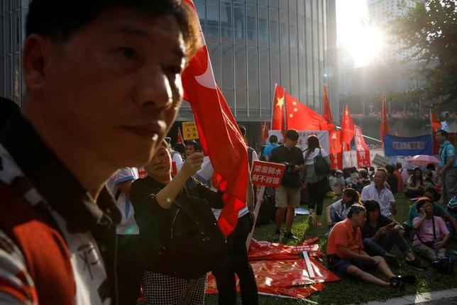11月17日、米議会の諮問機関である米中経済安全保障調査委員会は16日公表の年次報告書で、中国による香港への干渉は憂慮すべき水準に高まっているとし、金融センターとしての香港の地位を脅かす可能性があるとの見解を示した。写真は13日、立法会議事堂周辺で行われた香港の独立反対を唱える親中派によるデモの様子(2016年 ロイター/Tyrone Siu)