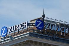 Zurich Insurance conservera un dividende d'au moins 17 francs suisses par action tout en progressant vers un objectif plus ambitieux qui est de redistribuer aux actionnaires les trois quarts du bénéfice net. L'assureur suisse a par ailleurs revu en hausse son objectif d'économies nettes à 1,5 milliard de dollars d'ici 2019, en prenant pour base l'année 2015. /Photo d'archives/REUTERS/Heinz-Peter Bader