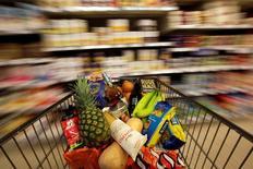 Las ventas minoristas en Reino Unido crecieron en octubre, cuando el frío impulsó la venta de ropa y los supermercados se beneficiaron de Halloween, impulsando el crecimiento anual de las ventas a su nivel más alto en más de 14 años. En la imagen, un carrito en un supermcado el 19 de mayo de 2015 en Londres. REUTERS/Stefan Wermuth/File Photo