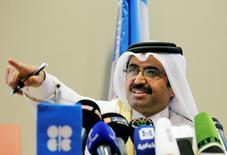 """L'Iran et l'Irak sont priés de geler leur production de pétrole aux niveaux actuels dans le cadre d'un accord global de limitation de la production de l'Opep, a déclaré jeudi le ministre de l'Energie du Qatar, Mohamed al Sada (photo). """"Nous discutons avec les deux pays à ce sujet et nous réfléchissons à diverses manières de parvenir à un compromis"""", a-t-il ajouté. /Photo prise le 28 septembre 2016/REUTERS/Ramzi Boudina"""